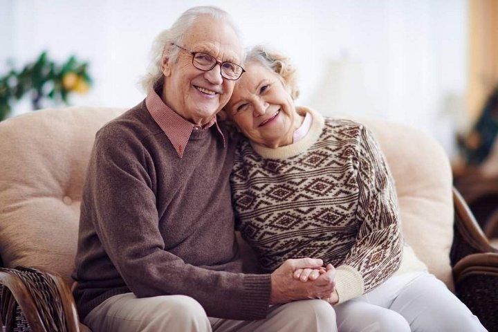 дедушка с бабушкой сидят обнявшись