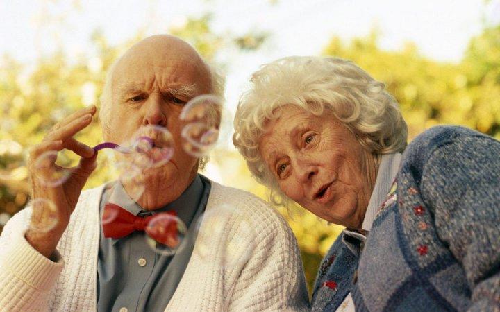 дедушка с бабушкой пускают пузыри