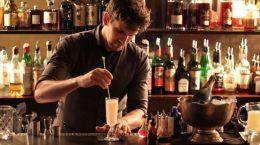 бармен делает коктейль
