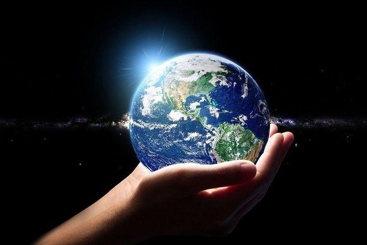 Планета в руках