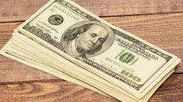 пачка долларов на столе
