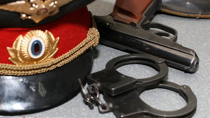 фуражка, наручники и пистолет