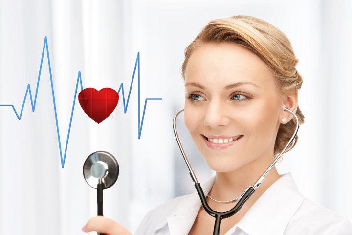 врач со статоскопом и кардиограмма