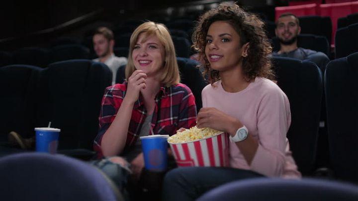 Подруги в кинотеатре