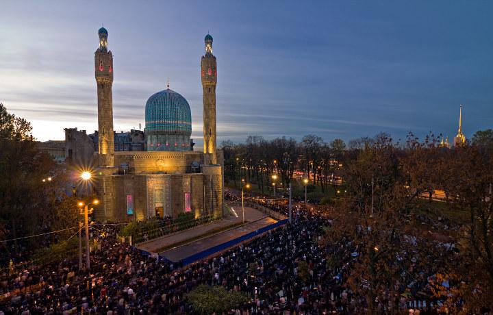 верующие у мечети