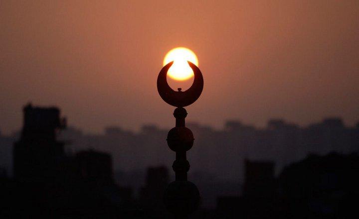 заход солнца на фоне символа мусульман