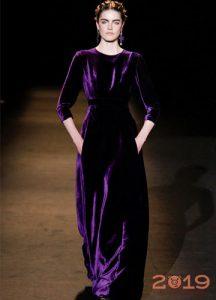 Бархатное платье 2019 года оттенка ультрафиолет