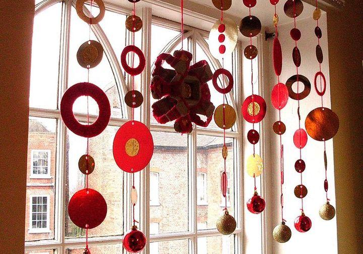 Оформление новогоднего окна гирляндами