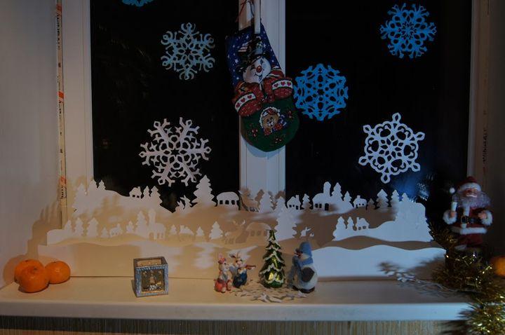Новогоднее оформление окна снежинками
