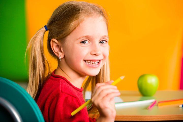 Девочка с карандашом в руке