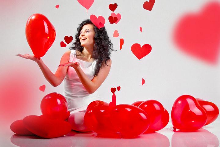 девушка с шариками в форме сердца