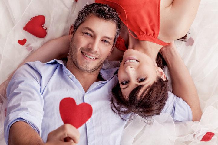 молодая пара с сердчеками