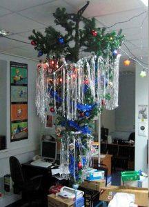Потолочная елка в украшении кабинета