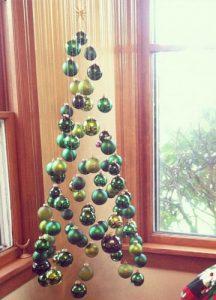 Необычная потолочная елка из шариков