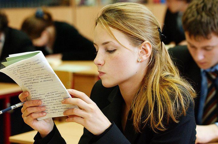Девушка пишет сочинение