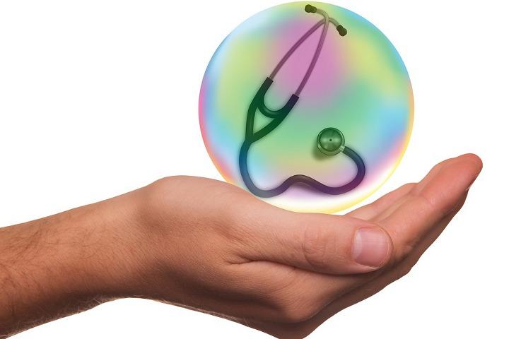 шар со стетоскопом в руке