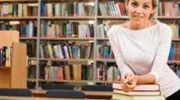 бибиотекарь с книгами