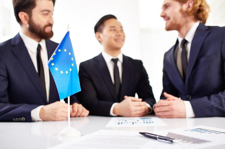 дипломаты за столом переговоров