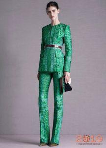 Модный костюм в зеленых тонах зима 2019
