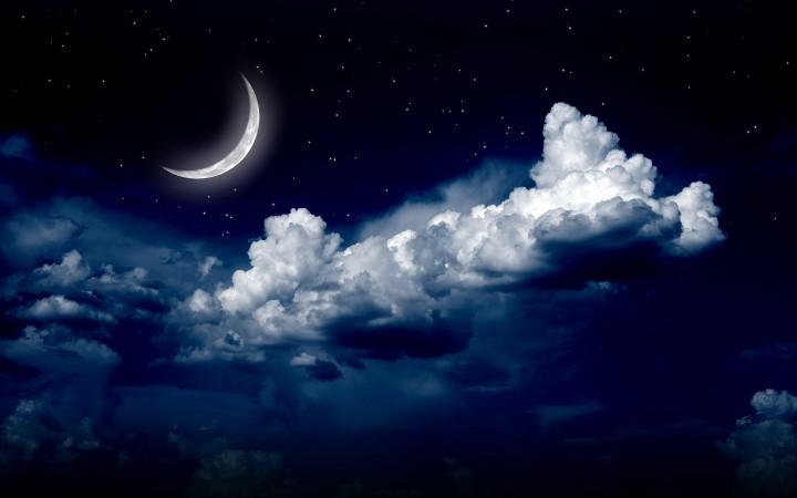 месяц среди облаков