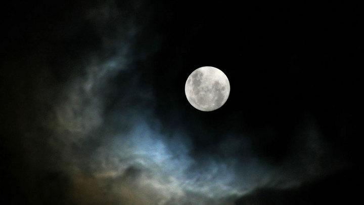 луна среди облаков