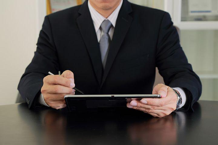 Мужчина с планшетом