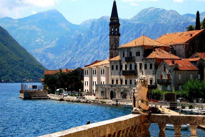 здание со шпилем в черногории