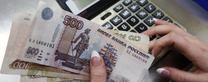 русские банкноты на фоне калькулятора