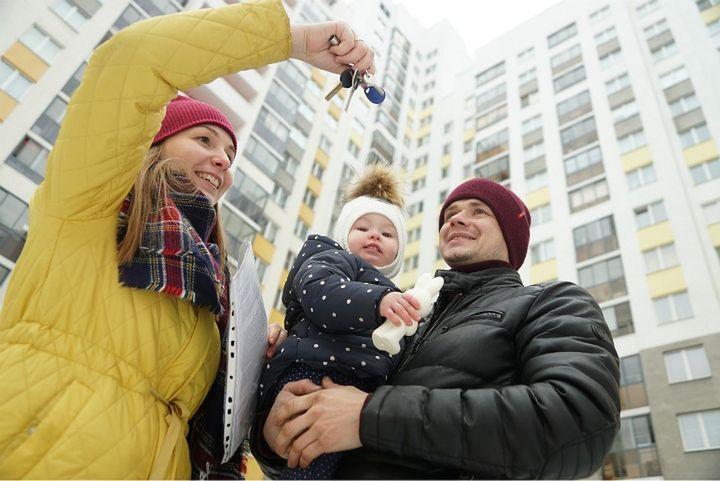 Молодая семья с ключами от квартиры