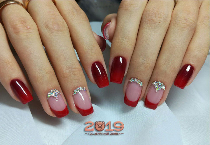 Модный маникюр с красными акцентами мода 2019 года