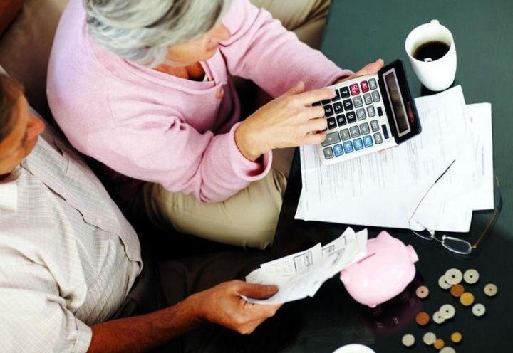 Пенсионерка считает на калькуляторе