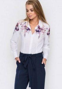 Модный принт на женской блузе