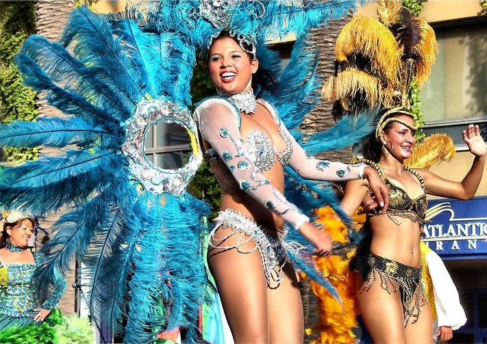Танцовщицы на карнавале в Бразилии