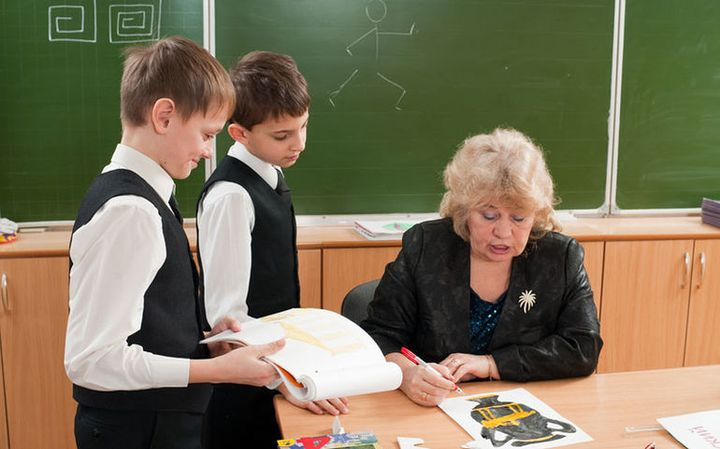 Учительница и школьники