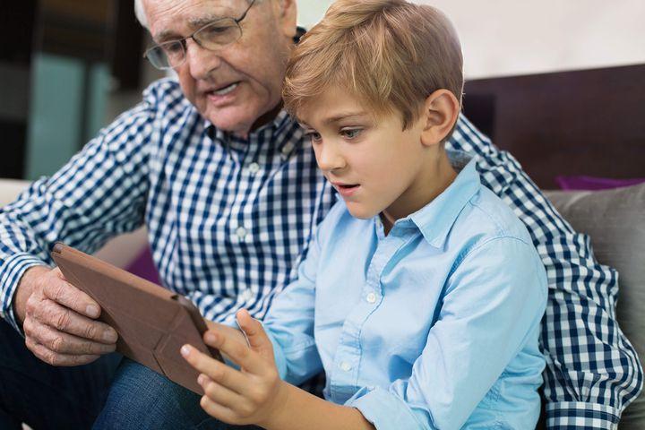 Ребенок с дедушкой