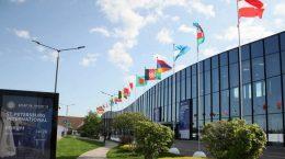 флаги разных стран на здании администрации