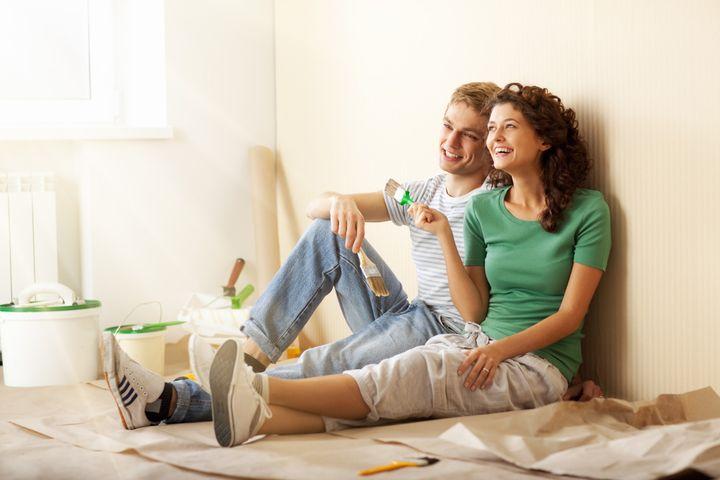 Молодая пара делает ремонт в квартире
