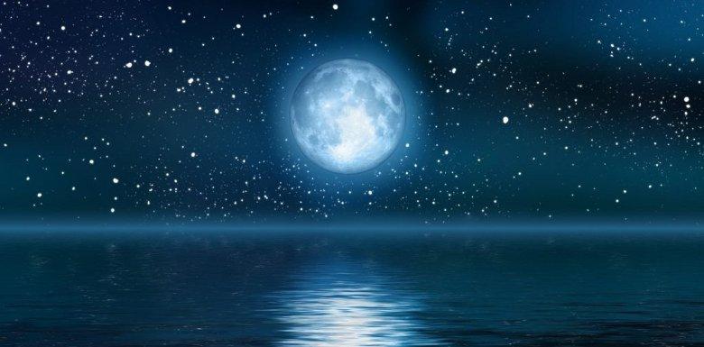 полная луна над водой