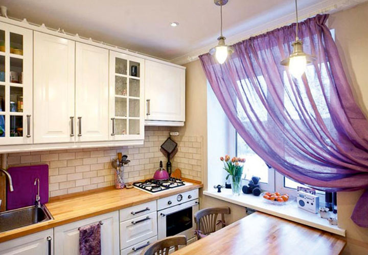 модные лиловые шторы в кухню