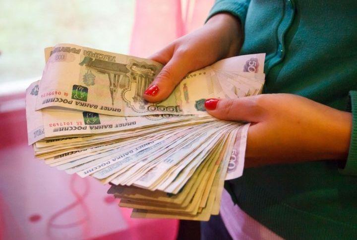 Девушка с пачкой денег