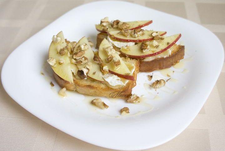 Тосты с яблоками и медом
