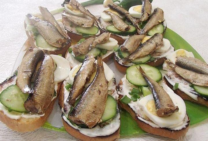 Новогодние бутерброды со шпротами
