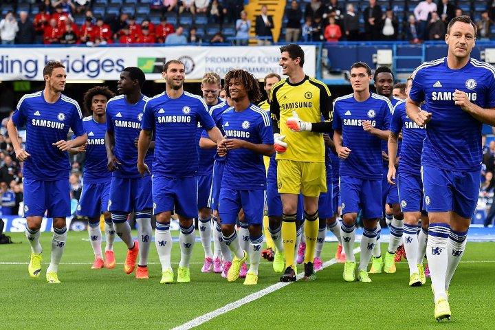 игроки команды Челси на поле