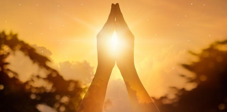 руки соединены в молитве