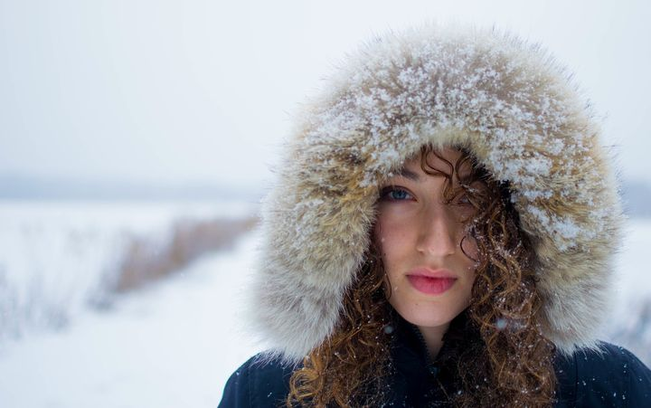 Девушка во время снегопада
