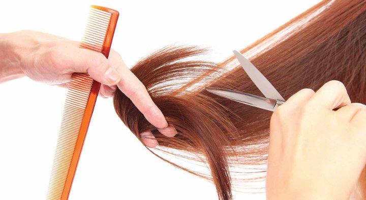 ножницы, расчетска в руках парикмахера