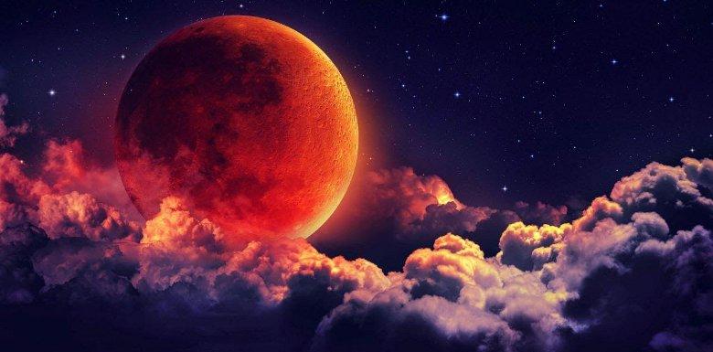 красная луна в облаках