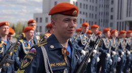 сотрудники МЧС на параде