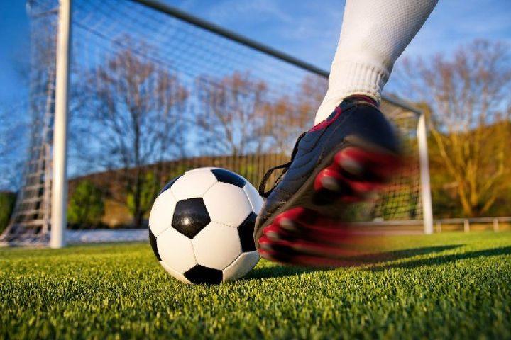 Futbol oyuncusu ve topu