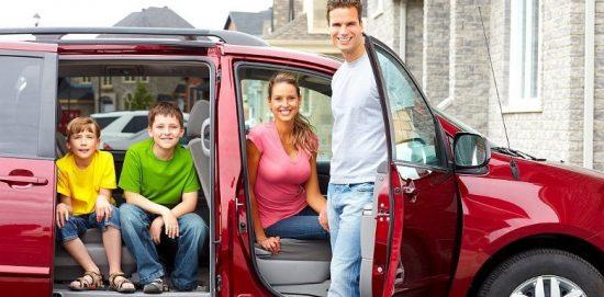семья с детьми в автомобиле